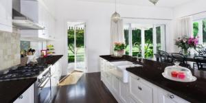 sparkling_black_quartz_kitchen